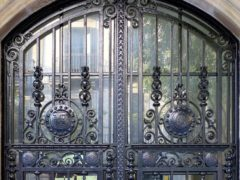 Особенности и преимущества кованых входных дверей