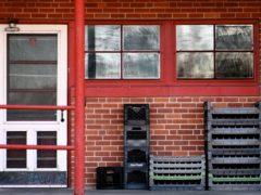 Наружные пластиковые дверные блоки – гарантированная безопасность защиты дома