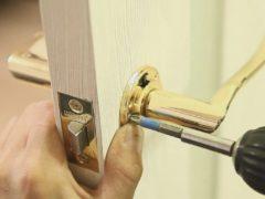 Ручки с замком – выгодное решение для межкомнатной двери
