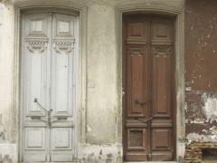 Двери входной группы в Великом Новгороде