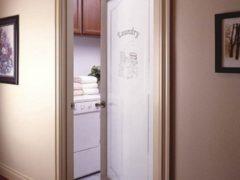 Как заменить межкомнатное стекло в дверях своими руками: технология установки
