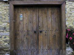 Искусственное старение древесины двери своими руками механическими способами