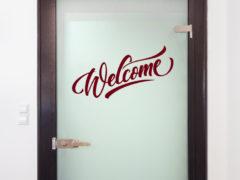 Какие наклейки на межкомнатные двери бывают и как их использовать