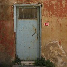 Утепленные входные металлические двери — бастион защиты загородного строения