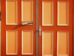 Как подбирают двухцветные двери?