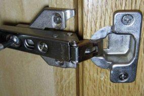 Регулировка и крепление дверей шкафа