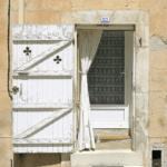 Шторы для дверного проема и дверей – элемент необычного декора