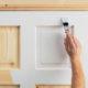 Как обновить старую деревянную дверь своими руками в домашних условиях ?