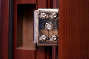 Как отрегулировать металлическую входную дверь — от причины к регулировке