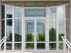 Комплектующие элементы на пластиковую балконную дверь: защелка и замок