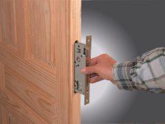 Установка замка в межкомнатную дверь: защита личного пространства