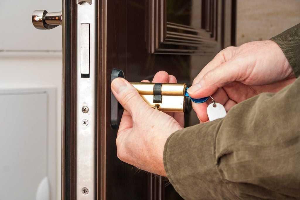 ремонт личинки замка двери