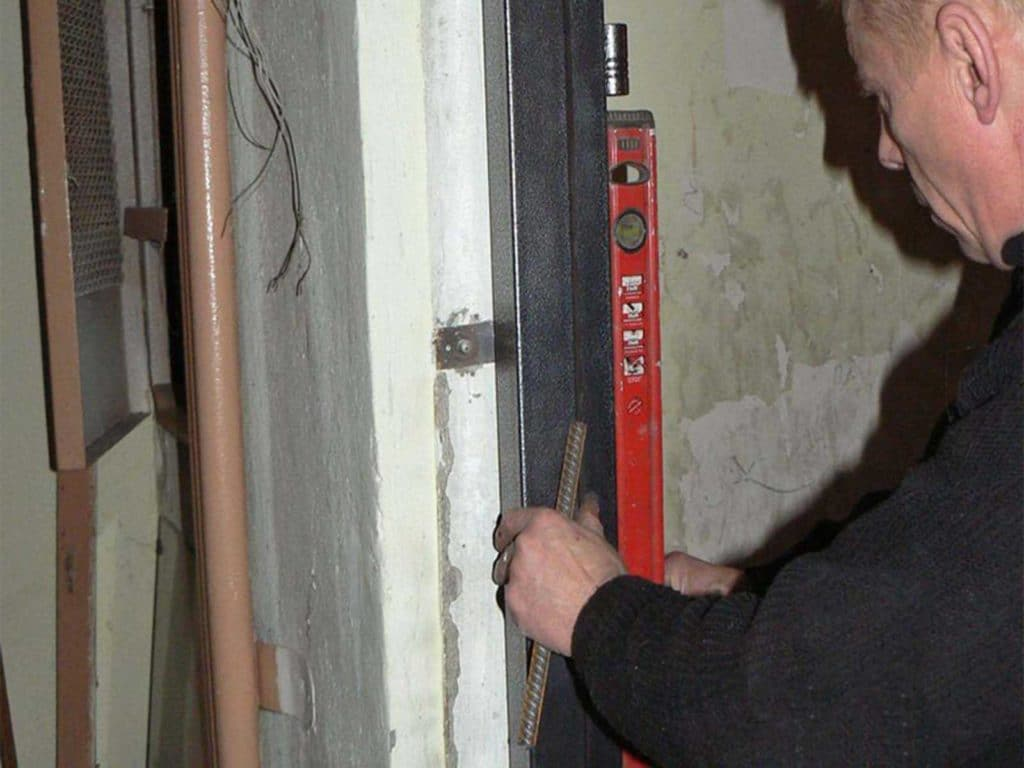 как отрегулировать железную входную дверь