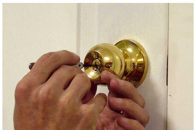 как открыть захлопнувшуюся межкомнатную дверь без ключа