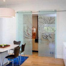 Чем хороши стеклянные межкомнатные двери?