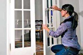 Самостоятельный ремонт межкомнатных дверей – замена разбитого стекла