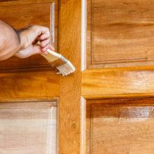 Покраска деревянных дверей. Рекомендации к выбору лакокрасочных материалов
